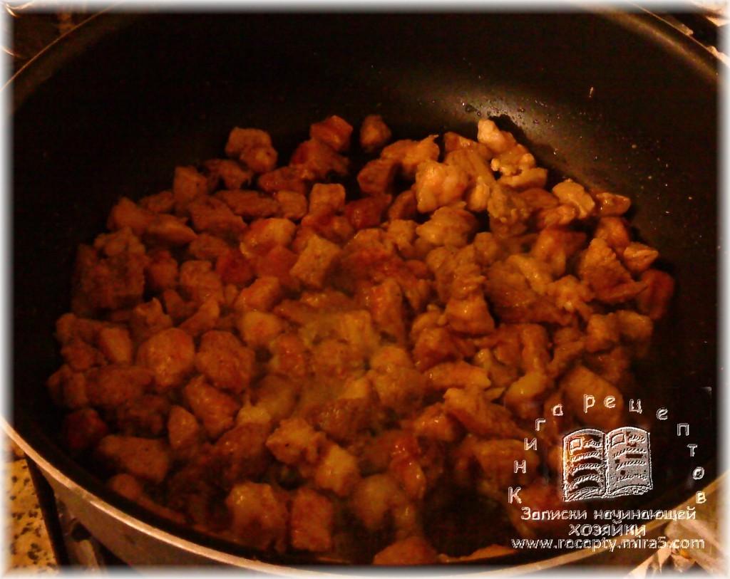 мясо нарежьте кубиками и обжарьте